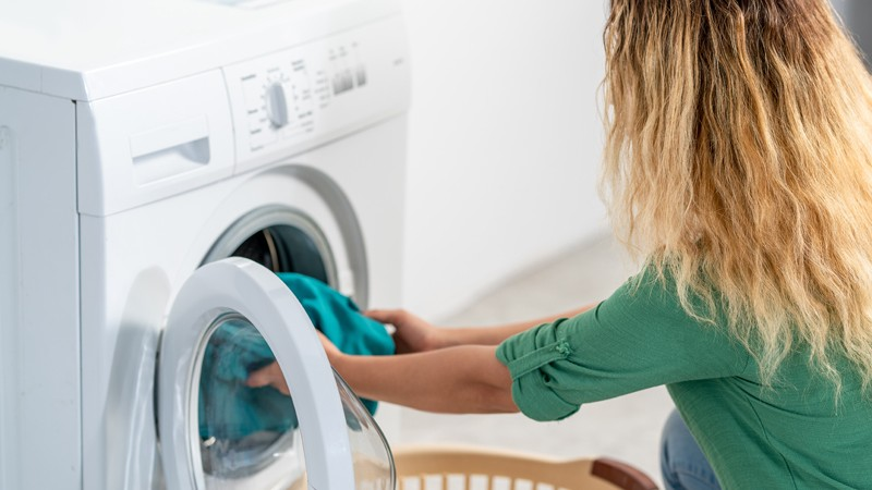 Die richtige Reinigung, das passende Mittel und der Umweltschutz: beim Wäschewaschen gibt es einiges zu beachten