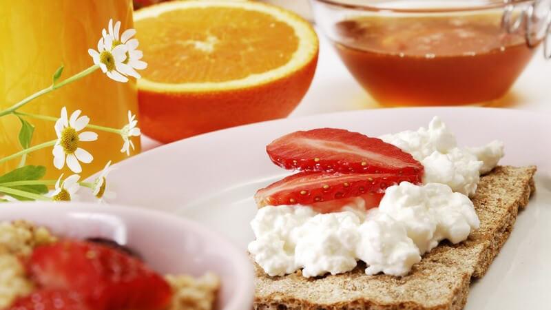 Für viele Menschen zählt das klassische Butterbrot zu den langweiligen Speisen - doch dies kann man mit einfachen Mitteln schmackhaft aufpeppen