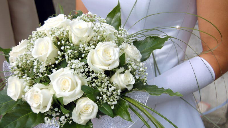 Welche Formen ein individueller Brautstrauß annehmen kann und wie man die passenden Blumen für die Braut findet - eine lange Tradition, die gerne auch modern umgesetzt wird