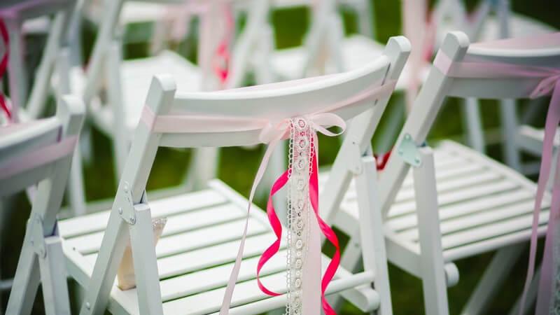 Wir zeigen, welche besonderen Angebote für eine extravagante Hochzeit zur Verfügung stehen, aber auch, wie man bei einer Polter- oder Bauernhochzeit Geld sparen kann