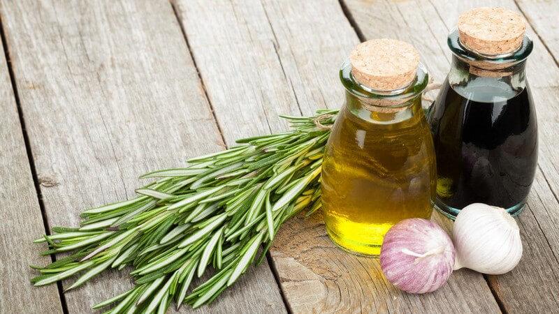 Wer seinen Salaten und anderen Speisen das gewisse Etwas geben möchte, kann das verwendete Öl zum Beispiel selbst herstellen