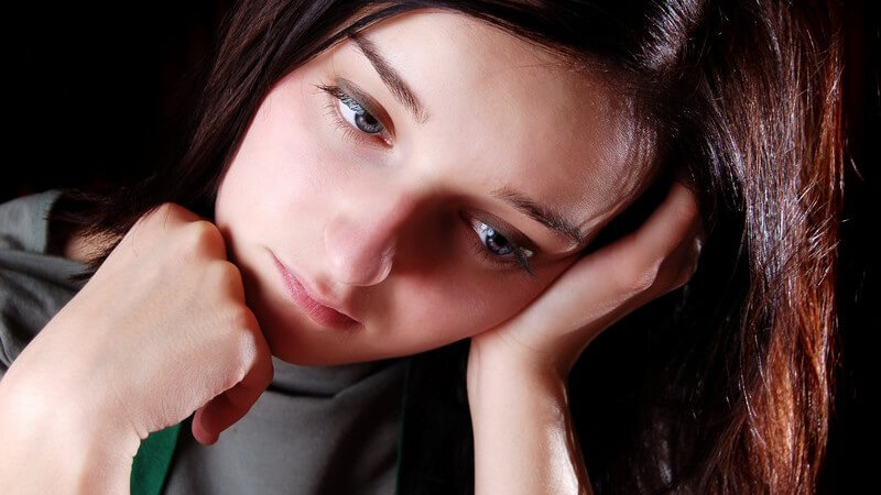 Bei einem gebrochenen Herzen zeigen sich Symptome wie bei einem klassischen Herzinfarkt