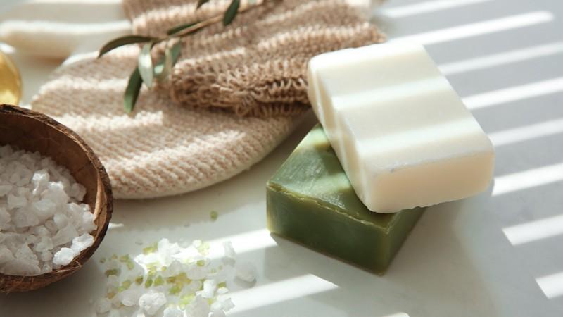 Auch wenn Salzseife relativ unbekannt ist, besticht sie sowohl durch eine pflegende- als auch durch eine medizinische Wirkung