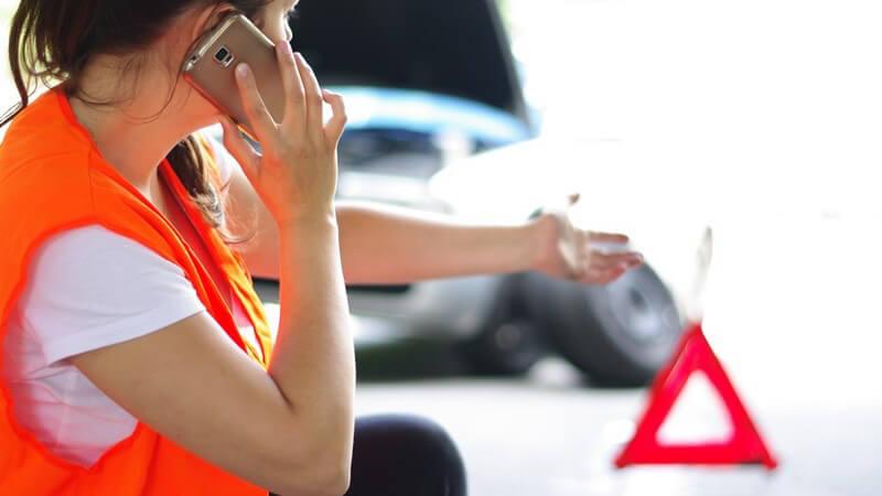 Was sollte bei der Starthilfe beachtet werden und wie geht man vor, damit das Abschleppen eines Wagens sicher gelingt?