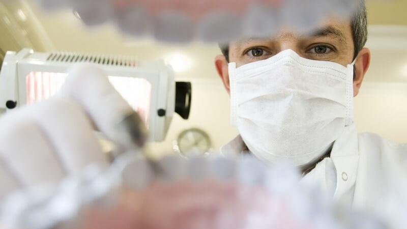 Die Behandlung gesunder Zähne, das unnötige Entfernen oder schlecht angepasste Kronen zählen zu den möglichen Behandlungsfehlern eines Zahnarztes