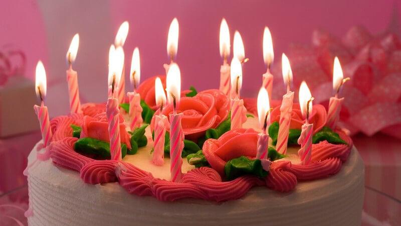 Ein Kuchen sieht erst mit der richtigen Dekoration besonders schmackhaft aus - dafür eignet sich z.B. Schokoguss, Puderzucker, Sahne, Zuckerguss und vieles mehr