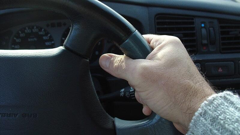 Viele Arbeitnehmer nutzen einen Dienstwagen; in manchen Fällen können sie sich diese selbst aussuchen - welche Vor- und Nachteile hat so ein Firmenwagen?