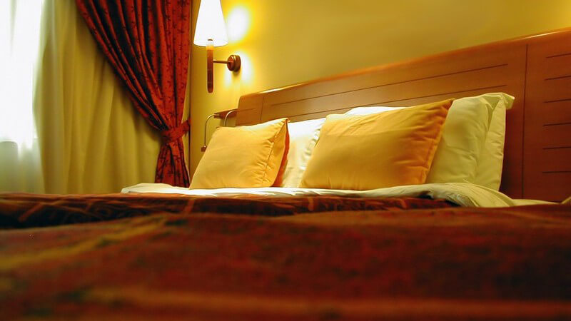 Schwarz-braune kleine Punkte auf dem Bettzeug können ein Anzeichen für Bettwanzen sein - wir geben Tipps zur Bekämpfung und zum Schutz vor Bettwanzen
