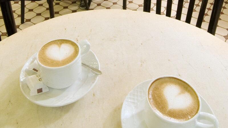 Für den Milchkaffee wird starker Kaffee, bzw. Espresso verwendet