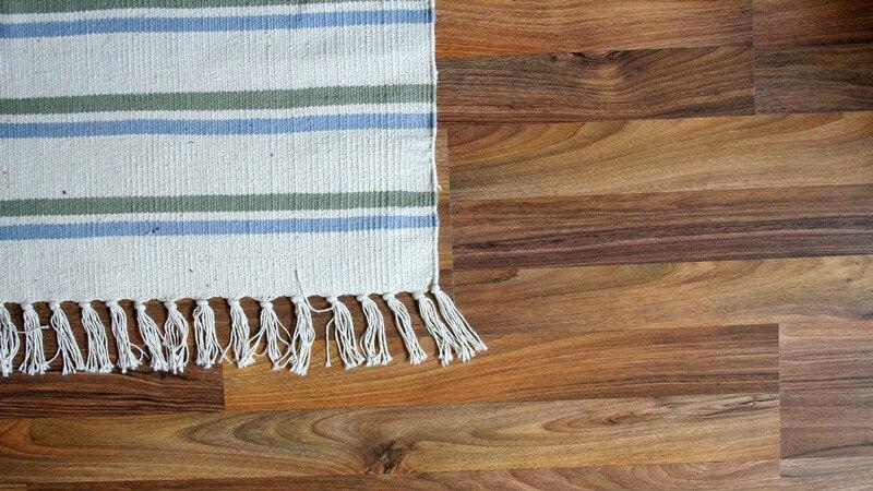 Anstatt auf teure Chemiekeulen zu setzen, kann man Teppichreingier mit unseren Tipps auch einfach selber machen