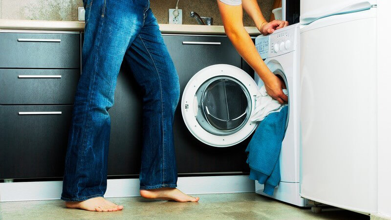 Die Waschmaschine regelmäßig reinigen, um schlechte Gerüche zu vermeiden