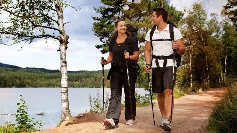 Nordic-Walking-Stöcke sollten von hochwertiger Qualität sein - man unterscheidet fixe und verstellbare Modelle