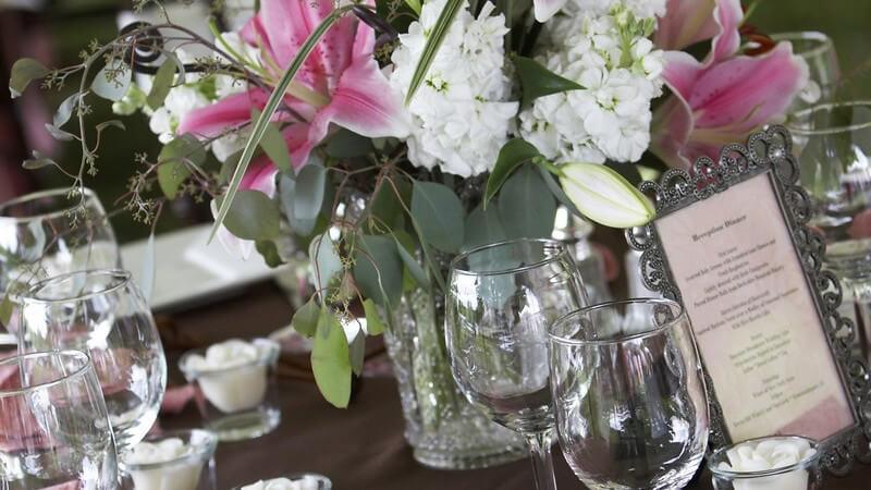 Worauf man bei der Planung einer Hochzeitsfeier achten sollte - zu den Bestandteilen der Hochzeitsplanung zählen u.a. Blumen, Sitzordnung, Deko, Unterhaltung und Unterkünfte