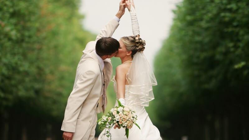 Diadem, Tiara, Haarreif oder Blumenkranz? - Je nach Kleid und Geschmack hat die Braut die Qual der Wahl