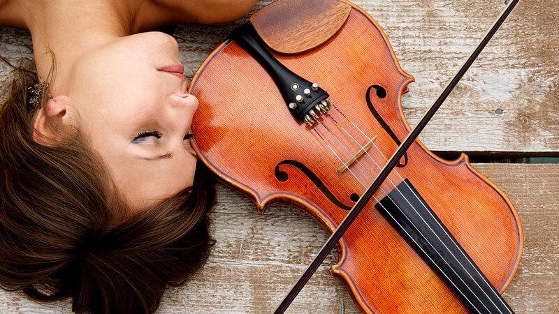 Das Musizieren ist ein beliebtes Hobby und ein verbreiteter Beruf, welches einige Vorzüge mit sich bringt; beim Erlernen stellt sich die Frage nach Einzel- oder Gruppenunterricht