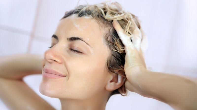 Mit 2-in-1 Shampoos lässt sich theoretisch Zeit sparen - sie sind aber nicht für jeden Haartyp geeignet