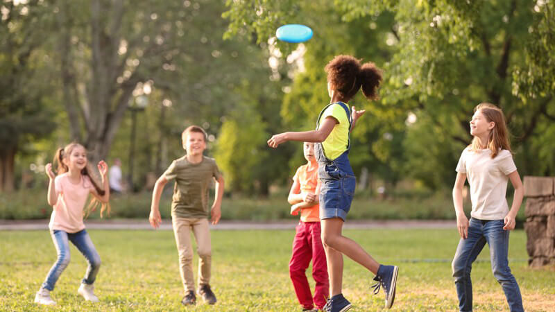 Wie sich die freundschaftlichen Beziehungen bei Kindern und Teenies entwickeln und äußern und wie man seinem Nachwuchs dabei helfen kann, Freunde zu finden