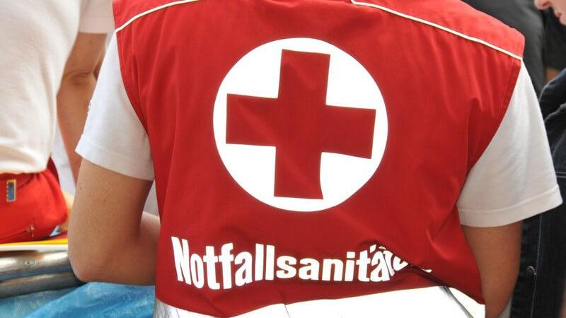 Rettungsassistenten müssen eine zweijährige Ausbildung machen; die Ausbildung zum Rettungssanitäter umfasst 520 Stunden