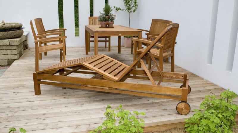Gartenmöbel gibt es in sehr großer Auswahl und aus zahlreichen unterschiedlichen Materialien, zu denen Rattan, Kunsstoff, Edelstahl und Aluminium sowie Gusseisen und Holz gehören