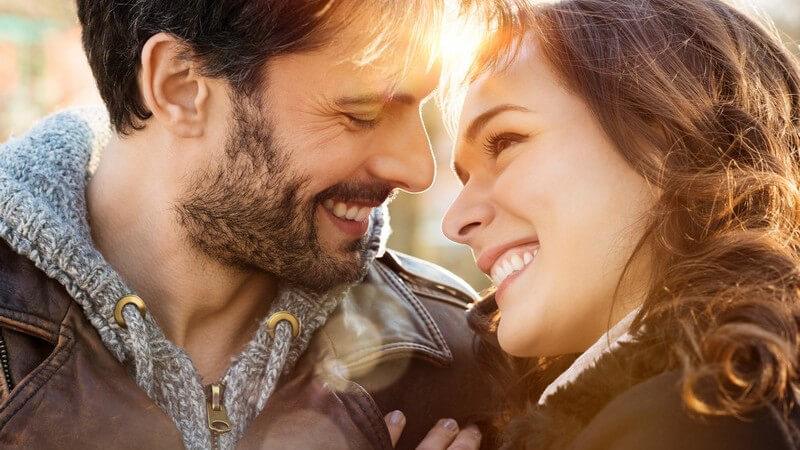 Sympathie, Liebe, Lust - unterschiedliche Faktoren spielen eine Rolle, wenn man von der Attraktivität eines Menschen spricht - diese Gefühle kann man intensivieren