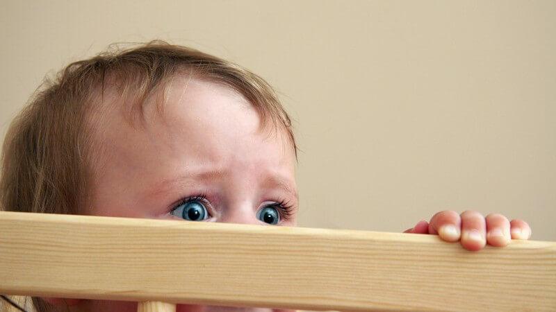 Zu den typischen Ängsten von Kindern zählen z.B. die vor der Schule oder die vor fremden Personen