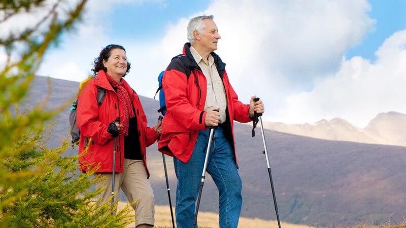 Das Wandern eignet sich auch für Menschen im höheren Alter - in Sachen Route, Ausrüstung und Vorbereitung sollte man einiges beachten