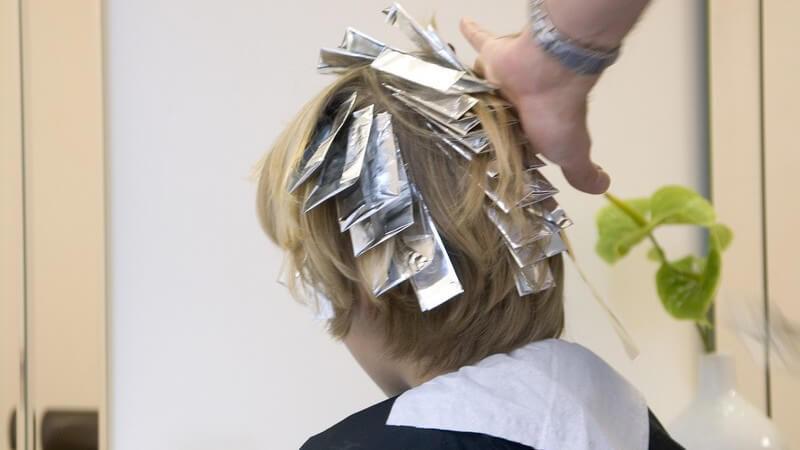 Wir geben Tipps zum Blondieren der Haare und erklären, was dabei zu beachten ist