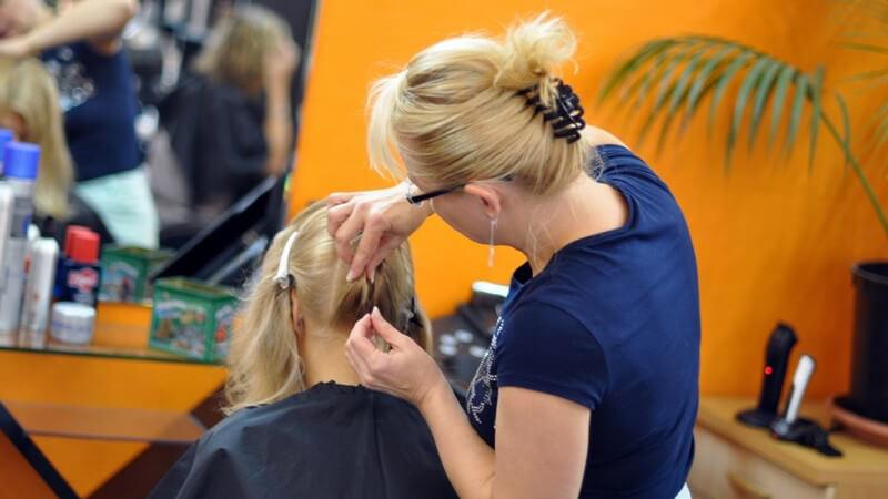 Wir erklären, wie die Ausbildung zum Friseur sowie die Weiterbildung per Betriebswirt-Studium aussehen