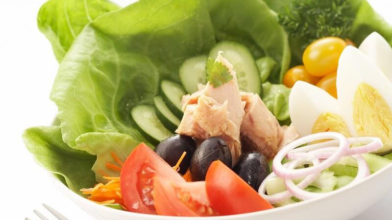 Zutaten und passende Dressings für die klassischen Salatarten wie Kartoffelsalat, Wurstsalat, Tomatensalat, Gurkensalat, Bauernsalat und Co