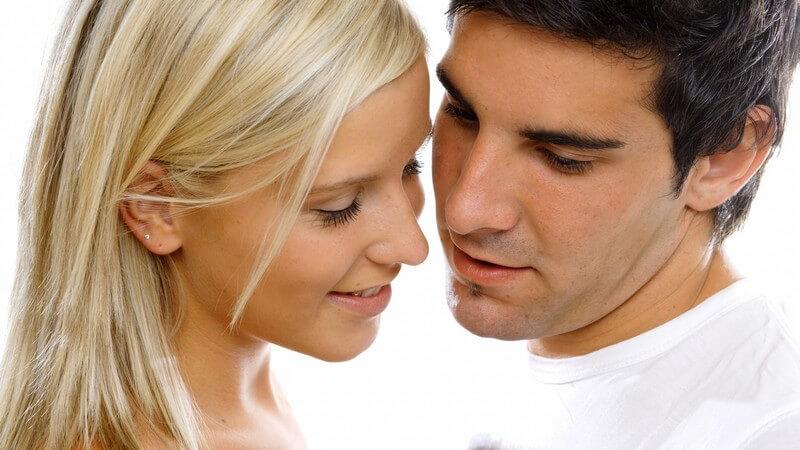 Wenn man sich in die oder den Ex des besten Freundes bzw. der besten Freundin verliebt, kann das die Freundschaft auf die Probe stellen