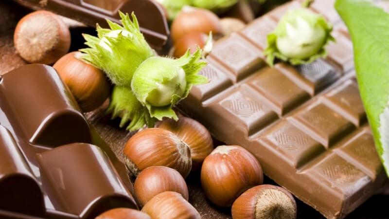Man unterscheidet Bitterschokolade, Milchschokolade und weiße Schokolade; zudem gibt es diverse Geschmacksrichtungen - beliebt ist auch die Bio-Schokolade
