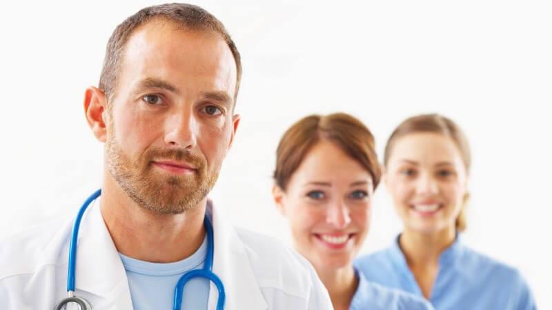 Chefärzte, Oberärzte und Assistenzärzte haben spezielle Ausbildungen und Tätigkeitsfelder - die letzteren beiden sind dem Chefarzt unterstellt