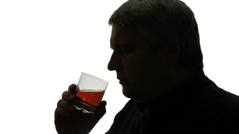 Sowohl Hirn, als auch Nerven, Leber und Blutgefäße können durch zu viel Alkohol in Mitleidenschaft gezogen werden