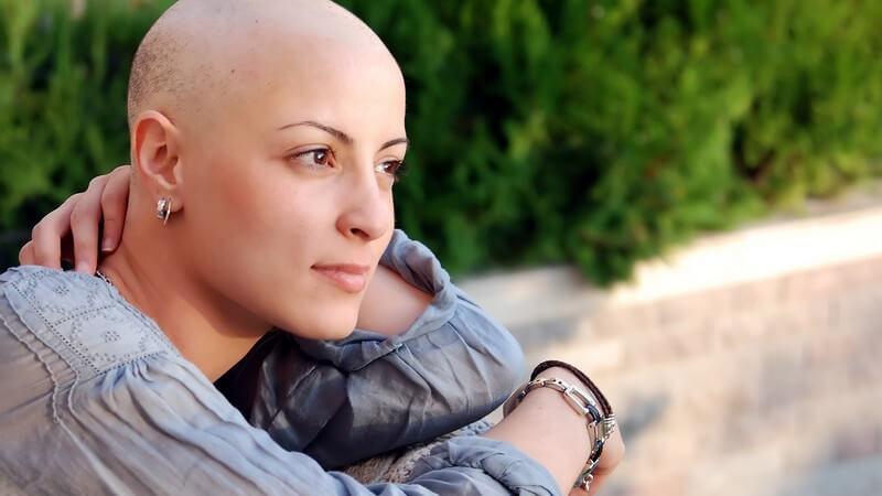 Mit speziellen Schminktechniken lassen sich fahle Haut und der Verlust der Haare optisch wegschminken