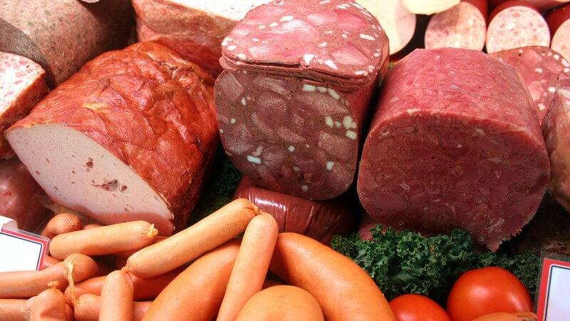 Man unterscheidet Brühwurst, Kochwurst und Rohwurst; man kann den Aufschnitt frisch vom Metzger oder im Supermarkt bekommen