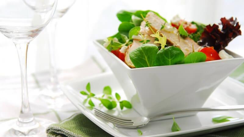Ob kalt, ob warm, ob Salat oder Suppe - ein Menü startet stets mit einer Vorspeise; dabei gibt es je nach Land unterschiedliche Bräuche