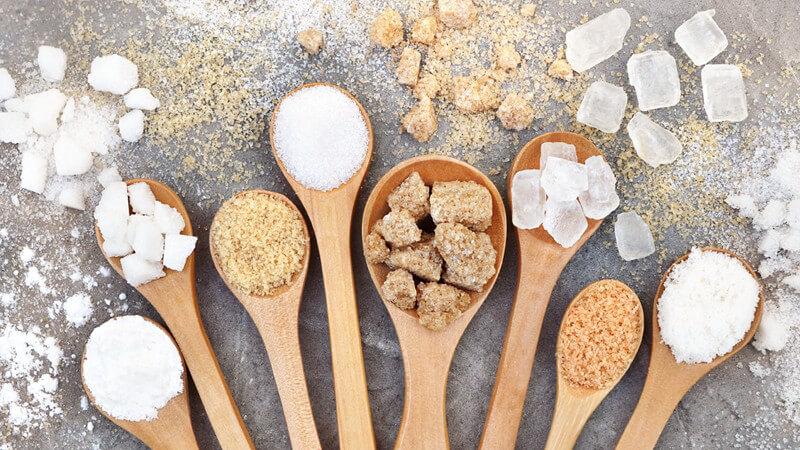 Wissenswertes zu Rohrzucker, Vanillinzucker, Gelierzucker und Co - es gibt zahlreiche Zuckersorten, die man vielfältig verwenden kann, z.B. beim Backen oder zum Einmachen