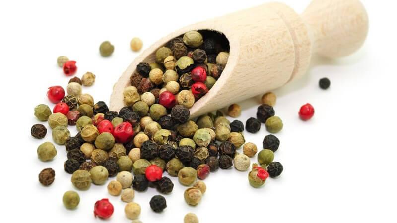 Zu den unterschiedlichen Pfeffersorten zählen schwarzer Pfeffer, grüner Pfeffer, roter Pfeffer, weißer Pfeffer, rosa Pfeffer, Szechuanpfeffer, Cayennepfeffer und Zitronenpfeffer