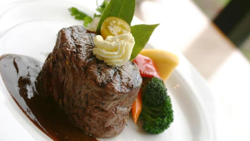 Man unterscheidet Grundsaucen, zusammengesetzte Saucen, aufgeschlagene Saucen, selbstständige warme Saucen, kalte Saucen und Dessertsaucen