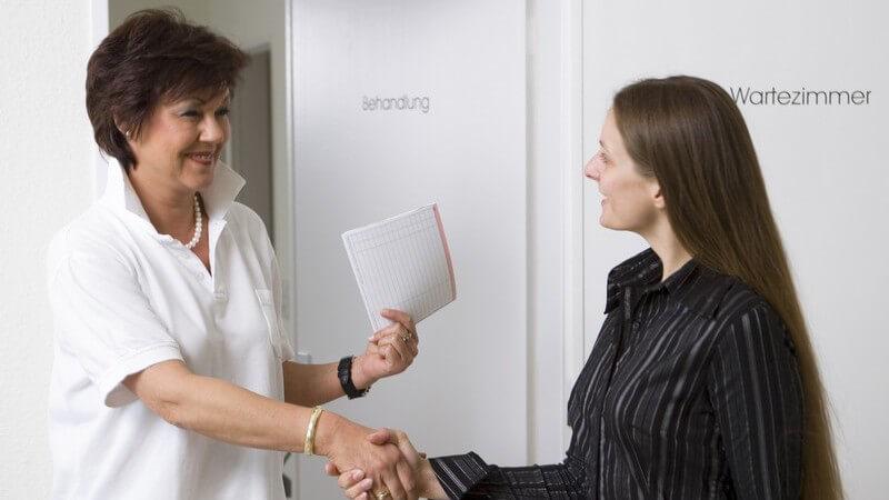 Die ärztliche Überweisung zur Fortsetzung oder Ergänzung einer Behandlung durch einen Facharzt - für die Behandlung im Ausland braucht man die Europäische Krankenversicherungskarte