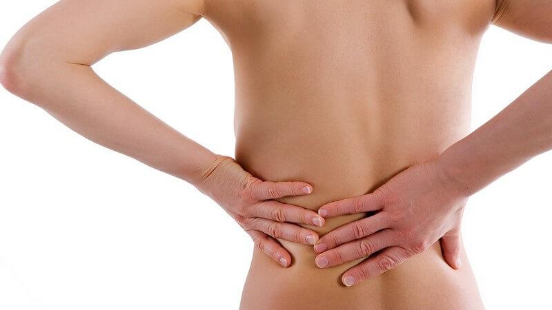 Der Nierenschmerz ist dumpf und bewegungsunabhängig und tritt in der Regel phasenweise auf