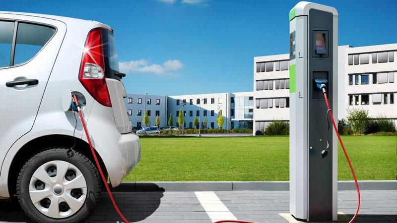 Wir informieren über generelle Merkmale in Aufbau und Technik, Umweltaspekte und Einsatzgebiete der E-Autos