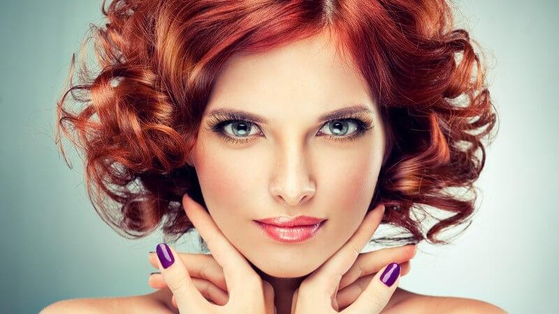 Wir stellen verschiedene Scheitelformen vor und erklären, zu welchen Frisuren und Gesichtsformen sie passen