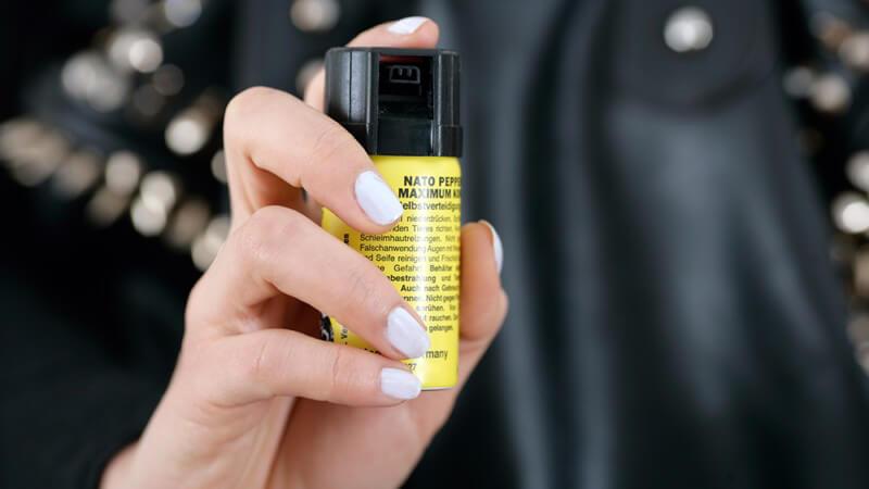 Rein rechtlich gesehen gilt die Nutzung von Pfefferspray und Tränengas der Tierabwehr - in Notsituationen wird die Verwendung allerdings zum Teil gerechtfertigt