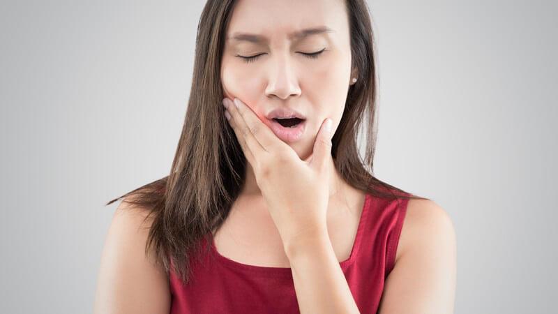 Als häufige Ursache für Kieferschmerzen gilt das nächtliche Knirschen mit den Zähnen - unter craniomandibuläre Dysfunktionen (CMD) fallen sämtliche Funktionsstörungen des Kiefers