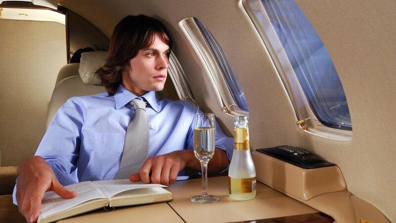 Neben den gängigen Klassen bieten bestimmte Fluglinien auch Zwischenklassen an - die Klassen unterscheiden sich in Komfort und Service