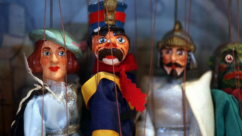 Unterschiedliche Varianten der Puppe vom Kinderspielzeug bis zum Sammlerstück