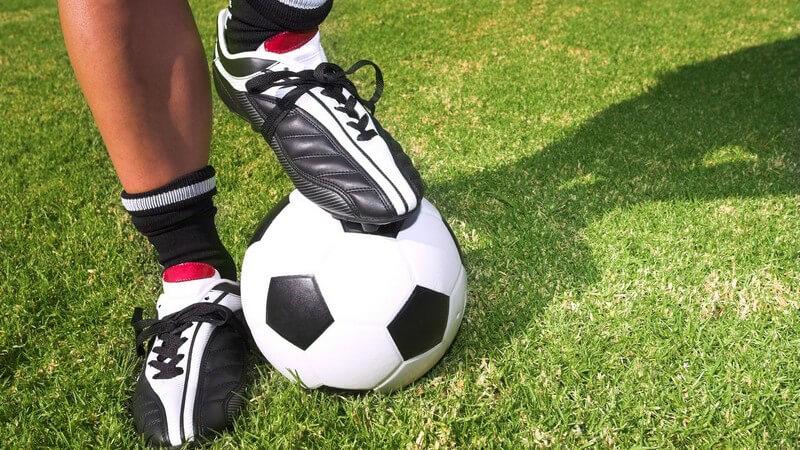 Unlautere Mittel und Fouls während eines Fußballspiels werden durch den Schiedsrichter und sein Team sanktioniert