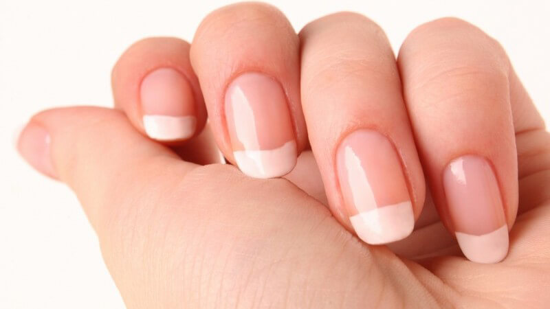 Wir geben Tipps zur Maniküre generell sowie zum Selbermachen der French Manicure