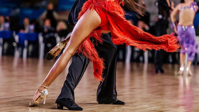 Bei klassischen Salsa-Turnieren tragen die Männer meist Stoffhose und Rüschenhemd, während die Damen mit figurbetonten Kleidern tanzen